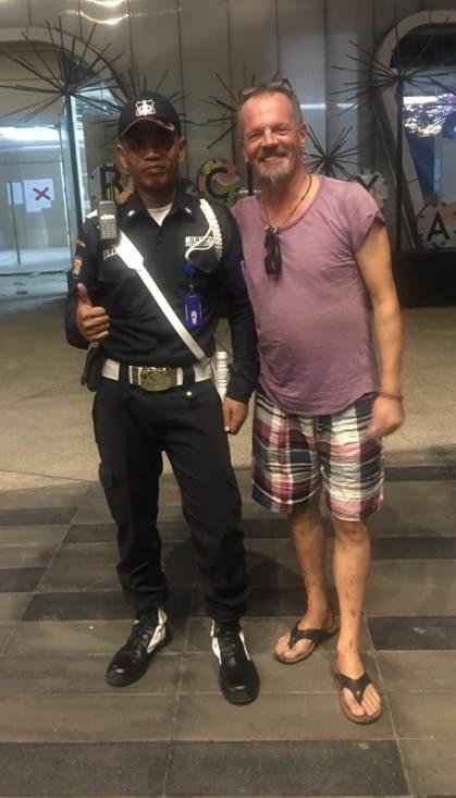 Un selfie avec un policier en France ! Dur de l'imaginer !