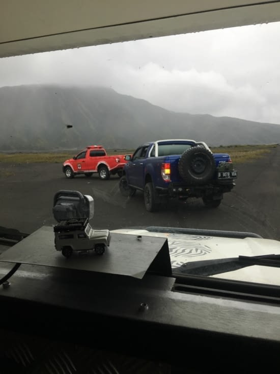 Grâce au ministère du Tourisme nous avons l'autorisation de camper au pied du Volcan Bromo