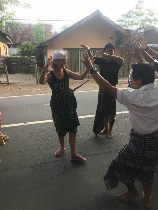 Eva s'exerce à la danse locale !