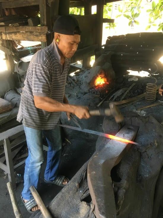 Fabrication d'outils en métal à l'ancienne ...