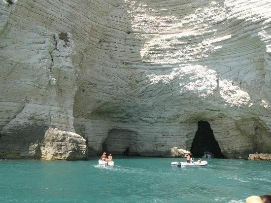 Des grottes un peu prises d'assaut mais ça vaut sûrement le coup de s'entasser sur un petit bateau (Source : tripadvisor.be)