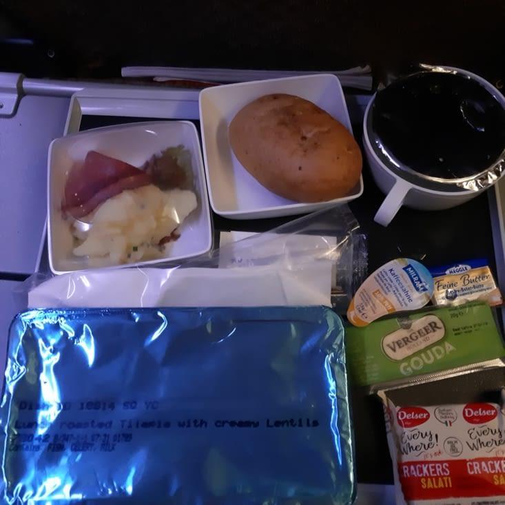 Un des nombreux repas dans l'avion