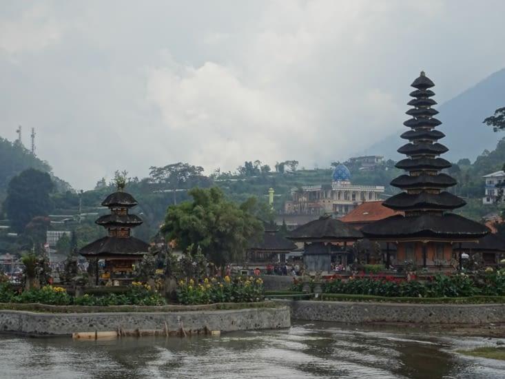 Le temple avec en arrière plan la ville