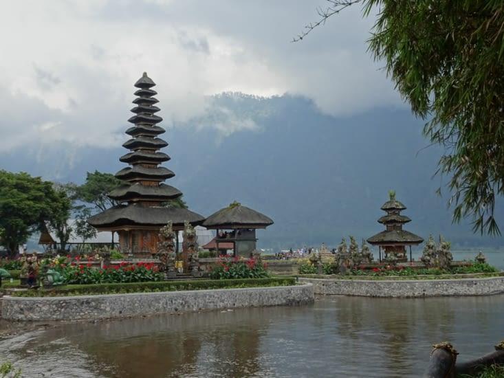 Le temple entouré des montagnes