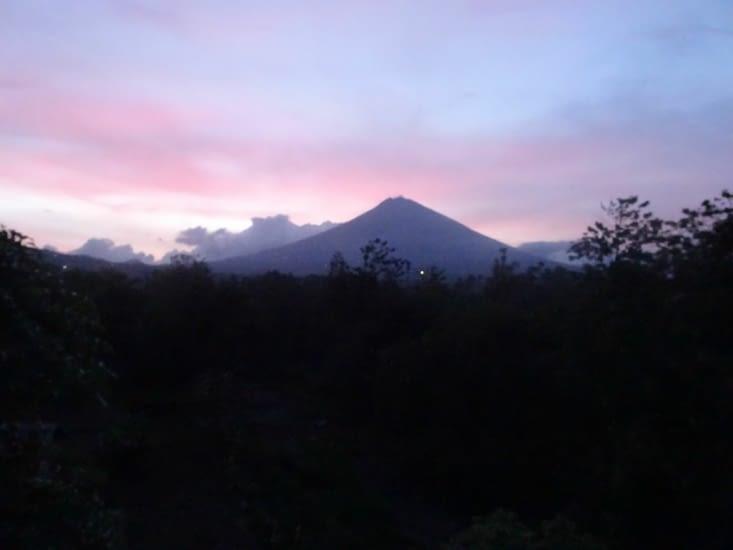 Coucher de soleil sur le volcan, le mont Agung