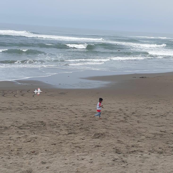 Un enfant qui joue avec un avion en papier !