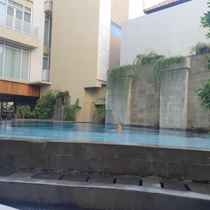 Lauris dans la piscine de l'hôtel