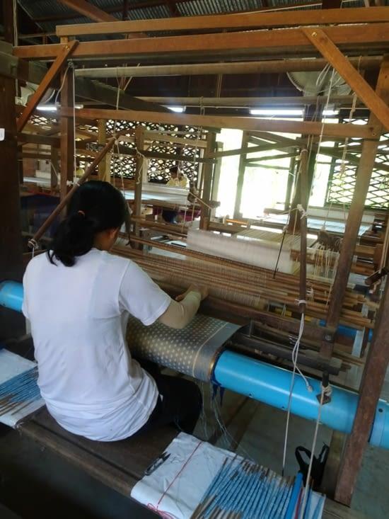 Tissage à la main de la soie
