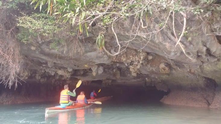 Nous avons fait du kayak dans des grottes pour rejoindre les lagons