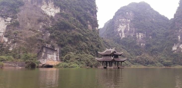 Balade en barque dans la baie d'Halong terrestre