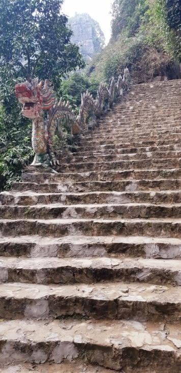 Montée des 500 marches pour atteindre le sommet de la muraille du Vietnam