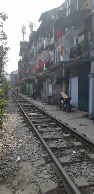 Dans cette rue le train passe plusieurs fois par jour ! Attention aux shorts !