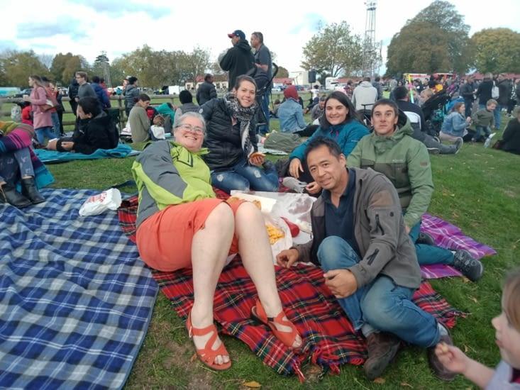 Le soir, kimberley nous a invité à un festival pour voir les montgolfières de nuit