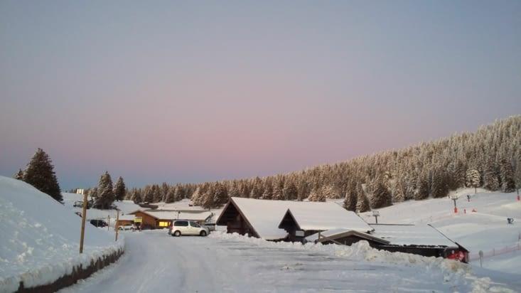 Quelques semaines plus tard, le Semnoz recouvert de neige! Jaja au poste de perchman et H