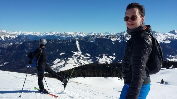 Quelle classe ce grand James avec ces minis Skis haein de dieu !!!