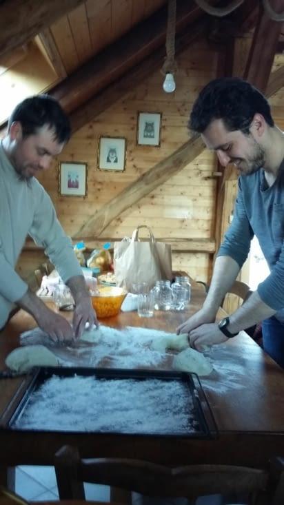 on fait notre pain et c'est Fiston et Adrien qui se colle au façonnage