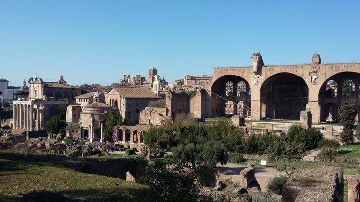 Le forum entouré de tout un tas de ruines témoins d'une époque où les hommes se