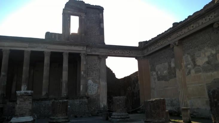 Toute une vie sociale existait: temple, bar (thermopolium), conseil communal, thermes