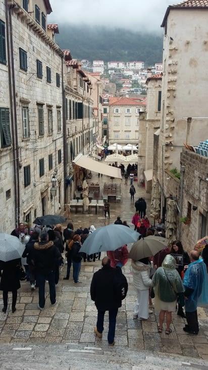 Au contraire de Split, la ville est fortifiée et son enceinte y est directement intégrée