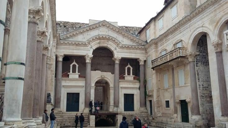 Intérieur de la vieille ville, douce ambiance romaine qui a raison de notre envie d'apéro