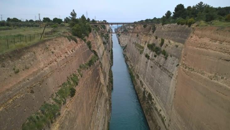 Arrivée sur Korinthos !! Un canal construit au VI eme siecle av jc pour relier