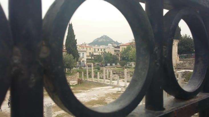 Athènes, ville montagneuse où s'étendent plusieurs quartiers d'où le pluriel du nom