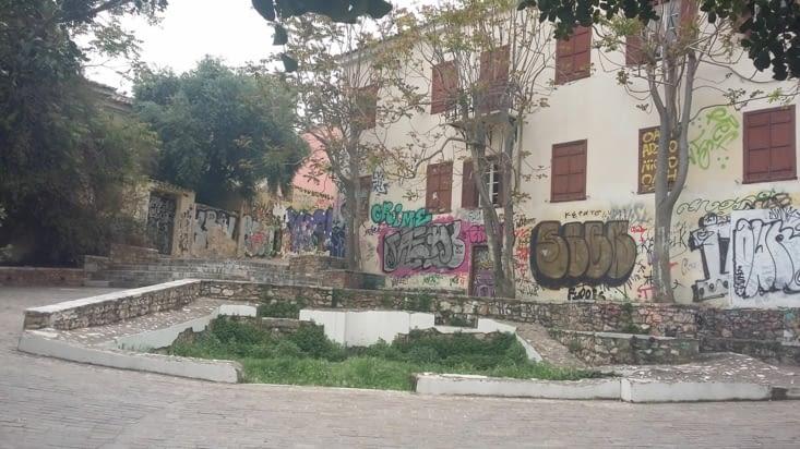 Dans les ruelles du quartier Paka nous cheminons vers l'Agora