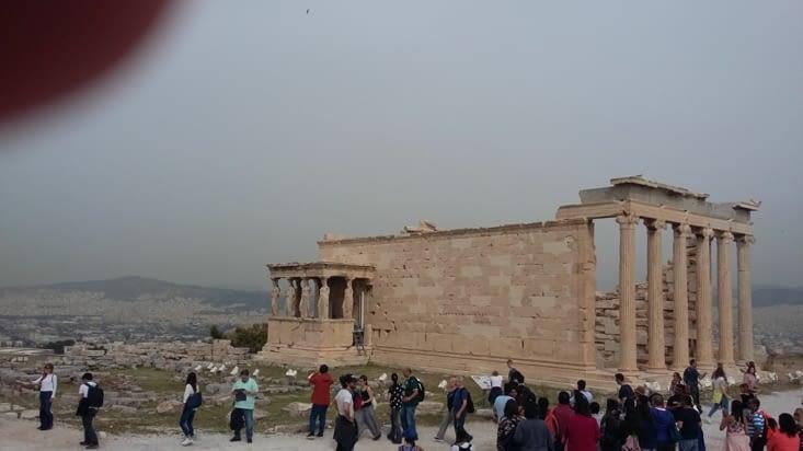 L'Acropole ( Acro:bout/ Pole: ville),  où est dressé le temple d'Athéna,  domine la ville