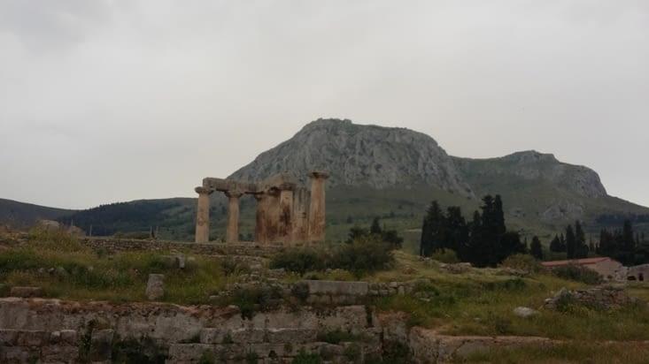 Toute une ville devant cette montagne où aurait eu lieu la punition de Sisiphe