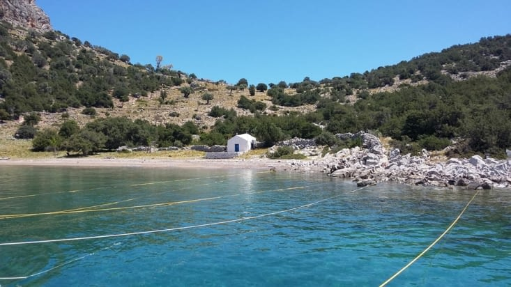 Accostage sur DOKOS : chaque bateau est relié à un autre et l'ensemble tient à ce rocher!