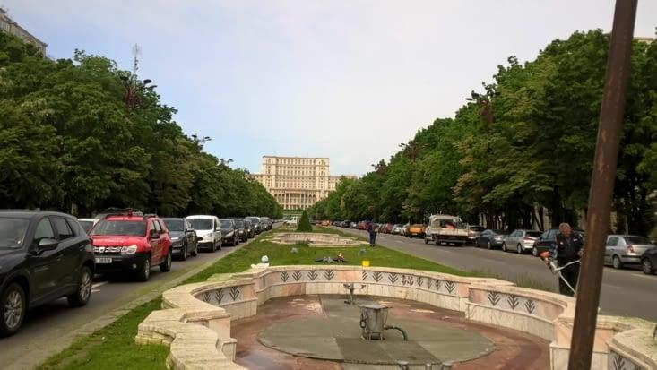 Alors nous arrivons au coeur de la ville,  face au palais du parlement, immense palais
