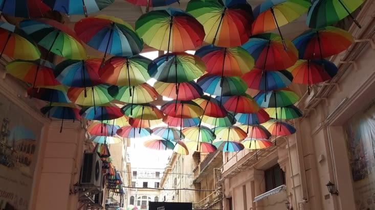Au détour d'une ruelle, couleurs éclatantes nous rappelant la ville de Tours (à vélo)