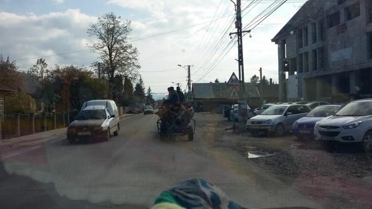 D'abord il faut se frayer un chemin sur les routes... entre re construction et ruralité,