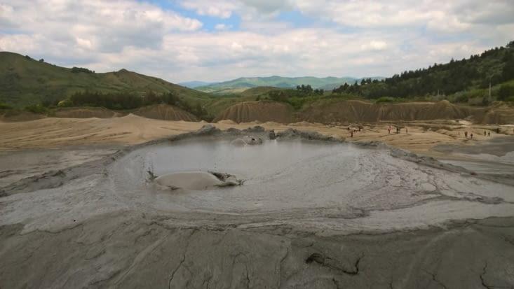 ne pas toucher c'est corrosif: ces gaz proviennent de plus de 3 kms sous terre