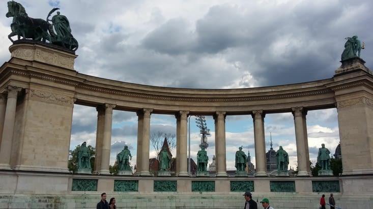 Cette place célèbre les héros Magyars à l'origine du peuple hongrois. Emblématique,