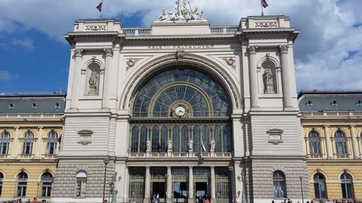 Gare grandiose de  Budapest.  On s'offre un Airbnb et sommes super bien accueillis