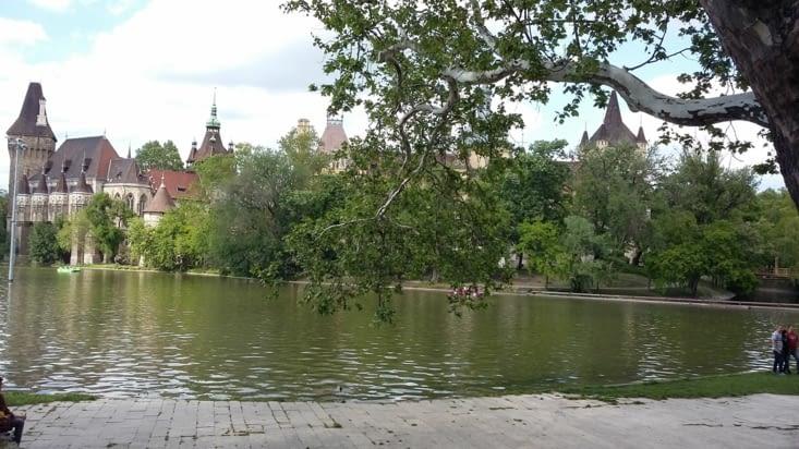 le château de Vajdahunyad au bord de l'étang Varosliget