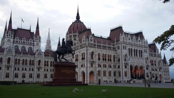 sur cette place du Parlement la splendeur du bâtiment fait concurrence à l'impressionnant
