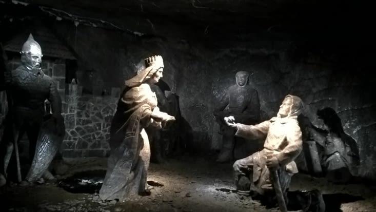 Légende de la mine mise en scène et sculptée en sel . Salariés volontaires, la mine