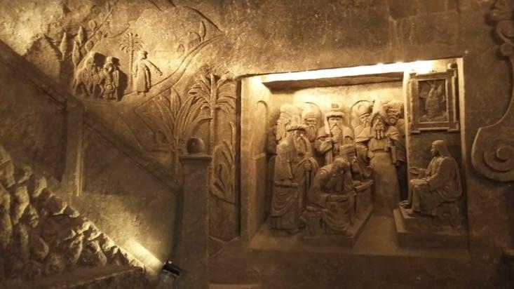 dans la chapelle plusieurs scènes bibliques sculptées