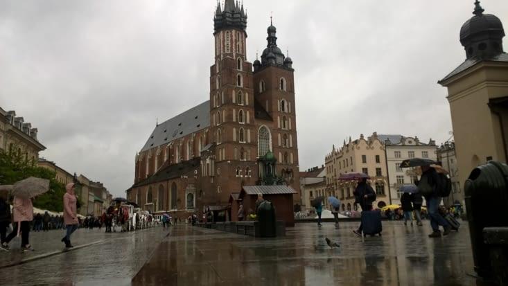 Pluie bien fraîche sur la place du marché face à l'église Sainte-Marie