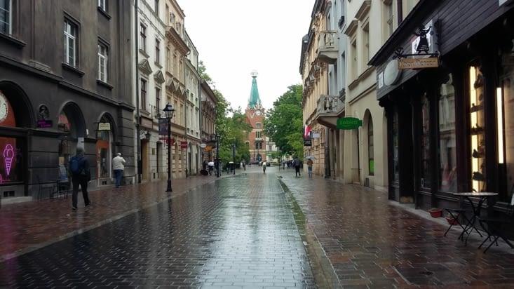 Retour à la surface, ballade sous la pluie de Cracovie