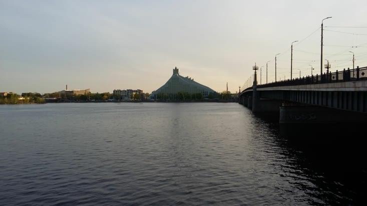 C'est derrière cette  bibliothèque nationale en forme triangulaire au loin que nous