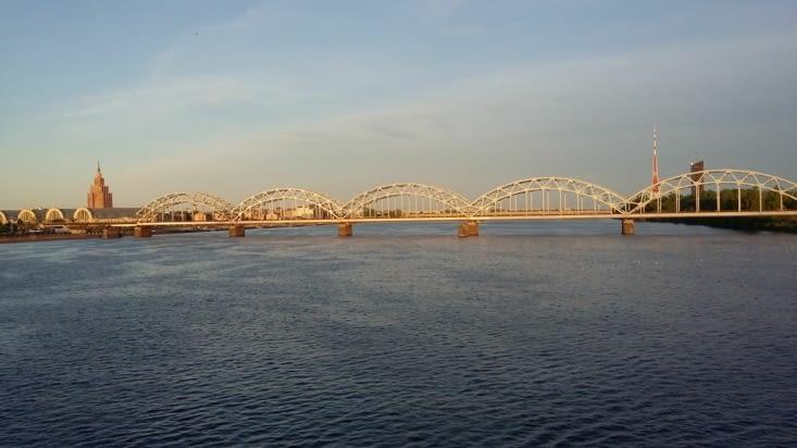 doté d'une architecture  typique, sur ce pont on voit passer des poids lourds