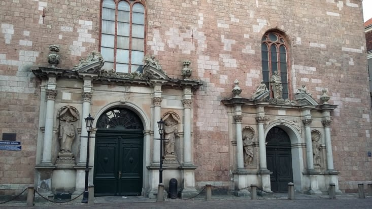 Portes de l'église à l'entrée de la ville, explication en letton, je ne saurai traduire
