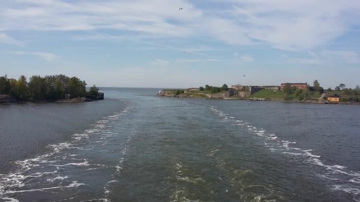 les sillons du Ferry Viking dessinent leurs traces parmi les îlots.