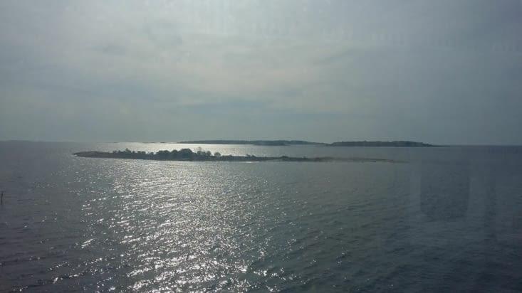 Par un réveil matinal nous franchissons le port d'Helsinki à l'aube