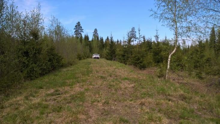 picnic lors d'un détour de la longue route droite parsemée de lacs, de sapins, de lacs