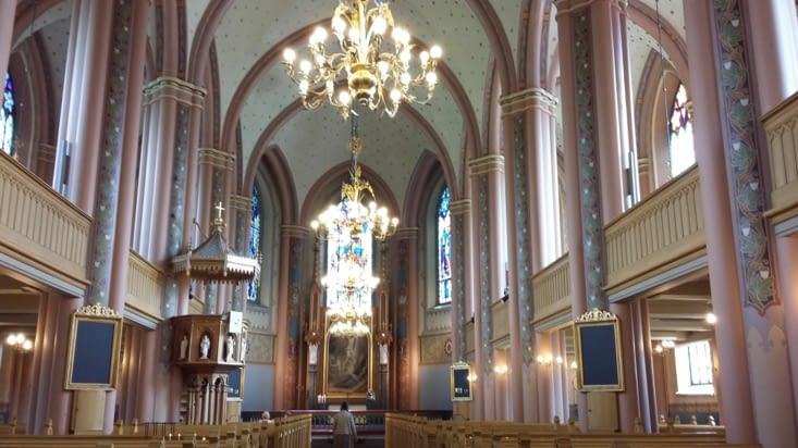 Avant d'être chassés, nous visitons ce décor religieux, un mariage en huis clos à lieu....