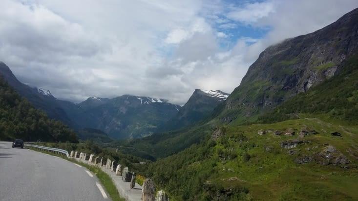 La route enneigée pour sortir du fjord et rejoindre la capitale Oslo.